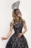 Meisje in donker konijnmasker Stock Foto's
