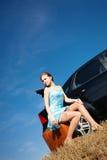 Meisje door de auto Royalty-vrije Stock Afbeeldingen