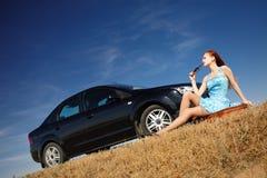 Meisje door de auto met zonnebril Royalty-vrije Stock Afbeelding
