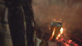 Meisje door de brand met bier 2 schoten stock footage