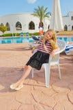 Meisje door de pool Stock Fotografie