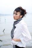 Meisje door de rivier Stock Afbeelding