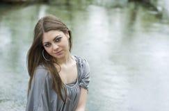 Meisje door het Meer Stock Afbeelding