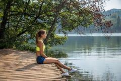 meisje door het meer stock fotografie