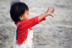 Meisje door het strand Stock Foto
