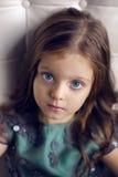 Meisje drie jaar oud in een groene kleding Stock Foto