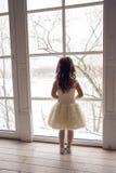 Meisje drie jaar oud in een witte kleding Royalty-vrije Stock Afbeelding