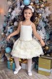 Meisje drie jaar oud in het witte kleding glimlachen Royalty-vrije Stock Afbeelding