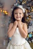Meisje drie jaar oud in het witte kleding glimlachen Stock Fotografie