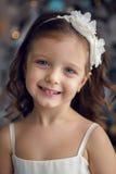 Meisje drie jaar oud in het witte kleding glimlachen Royalty-vrije Stock Foto