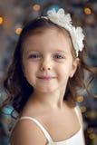 Meisje drie jaar oud in het witte kleding glimlachen Stock Foto