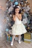 Meisje drie jaar oud in het witte kleding glimlachen Royalty-vrije Stock Afbeeldingen