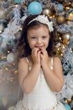 Meisje drie jaar oud in het witte kleding glimlachen Stock Foto's