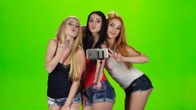 Meisje drie model stelt voor selfiefoto Groene het schermstudio stock footage