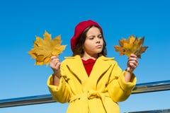 Meisje droevige komst over de herfstseizoen Uiteinden voor het veranderen van de herfst in beste seizoen Esdoorn van de het gezic stock afbeelding
