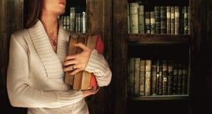 Meisje in een Bibliotheek Stock Foto