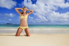 Meisje in een bikini bij een Hawaï strand Stock Fotografie