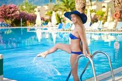 Meisje in een blauw badpak neer aan de pool Royalty-vrije Stock Fotografie