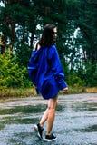 Meisje in een blauw overhemd in de regen royalty-vrije stock afbeeldingen