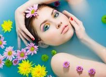 Meisje in een blauw water Stock Fotografie