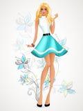 Meisje in een blauwe kleding die zich op een blauwe achtergrond bevinden Royalty-vrije Stock Afbeeldingen
