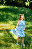 Meisje in een blauwe kleding met een blauwe zak in de zomertuin Royalty-vrije Stock Foto's