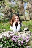 Meisje in een bloeiend bos Stock Afbeeldingen