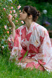Meisje in een bloemyukata royalty-vrije stock fotografie