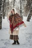Meisje in een bontjas op een gang in park en het genieten van een van de winterdag royalty-vrije stock afbeeldingen
