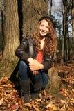 Meisje in een bos royalty-vrije stock fotografie