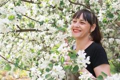 Meisje in een de bloemtuin van de de lenteappel Royalty-vrije Stock Foto