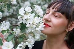 Meisje in een de bloemtuin van de de lenteappel Royalty-vrije Stock Foto's