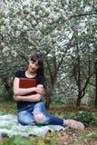 Meisje in een de bloemtuin van de de lenteappel Royalty-vrije Stock Fotografie