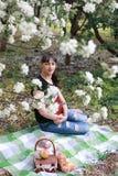 Meisje in een de bloemtuin van de de lenteappel Stock Afbeelding
