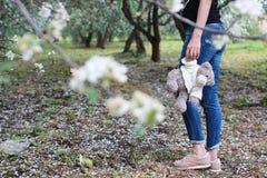 Meisje in een de bloemtuin van de de lenteappel Stock Fotografie