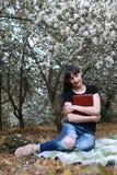Meisje in een de bloesemboom van de de zomer zonnige dag Royalty-vrije Stock Afbeeldingen