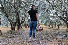 Meisje in een de bloesemboom van de de zomer zonnige dag Royalty-vrije Stock Foto