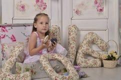 Meisje in een decoratieve koffer Royalty-vrije Stock Afbeeldingen