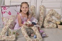 Meisje in een decoratieve koffer Royalty-vrije Stock Afbeelding