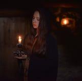 Meisje in een donkere mantel stock afbeelding