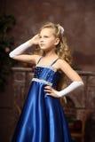 Meisje in een elegante blauwe kleding Royalty-vrije Stock Fotografie