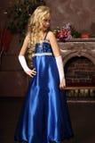 Meisje in een elegante blauwe kleding Stock Afbeeldingen