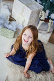 Meisje in een elegante kledingszitting op zijn overlapping en lach Royalty-vrije Stock Foto