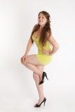Meisje in een gele kleding royalty-vrije stock fotografie