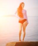 Meisje in een gestreepte T-shirt stock afbeeldingen