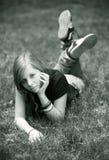 Meisje in een gras Stock Afbeelding
