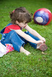 Meisje in een grasrijke weide stock foto's