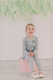 Meisje in een grijs kostuum Royalty-vrije Stock Foto's
