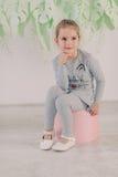 Meisje in een grijs kostuum Royalty-vrije Stock Foto