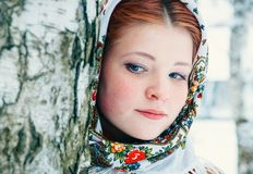 Meisje in een headscarf bij de berken royalty-vrije stock fotografie